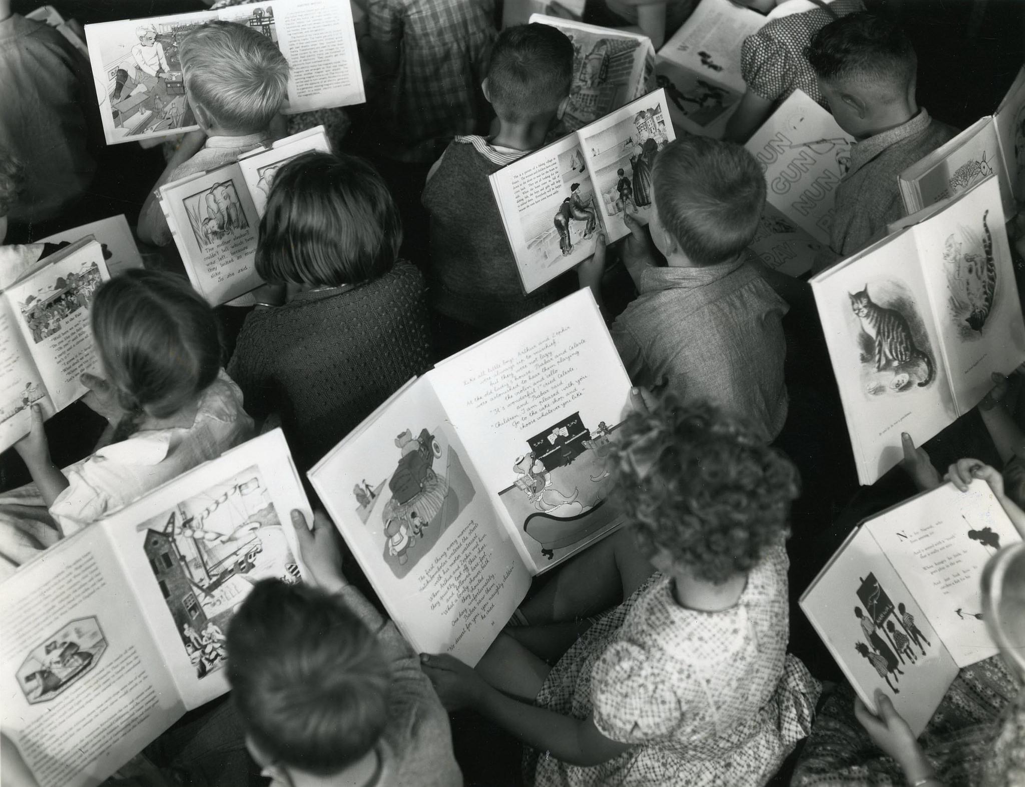 Djeca čitaju. Foto: Arhiv Novog Zelanda. Izvor: https://www.flickr.com/photos/archivesnz/