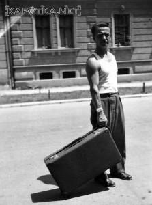Alfred Krupa u Karlovcu 1954. s koferom na kotačiće. Izvor: Kafotka