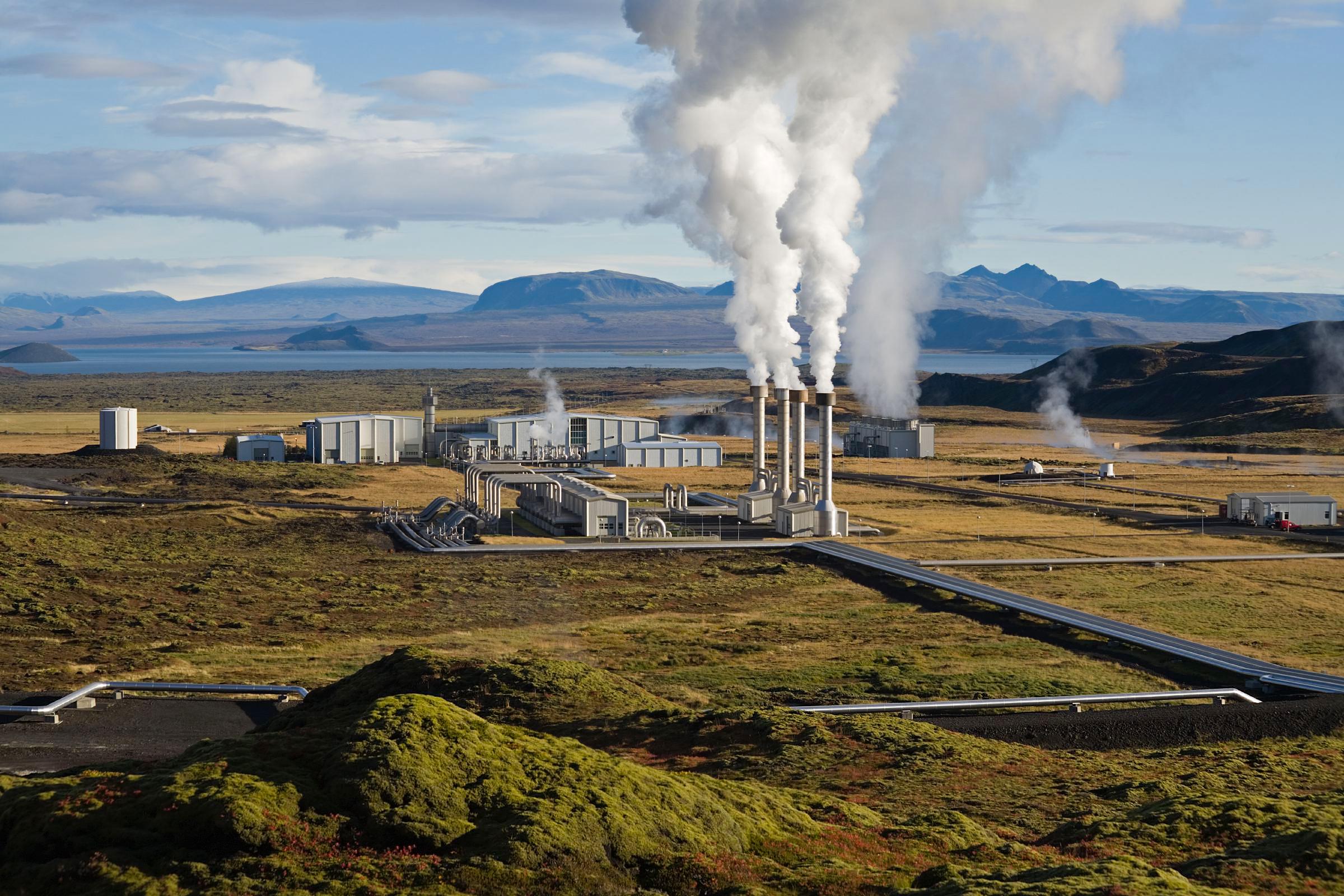 Geotermalna elektrana Nesjavellir na Islandu. Izvor: https://en.wikipedia.org/wiki/Geothermal_electricity#/media/File:NesjavellirPowerPlant_edit2.jpg