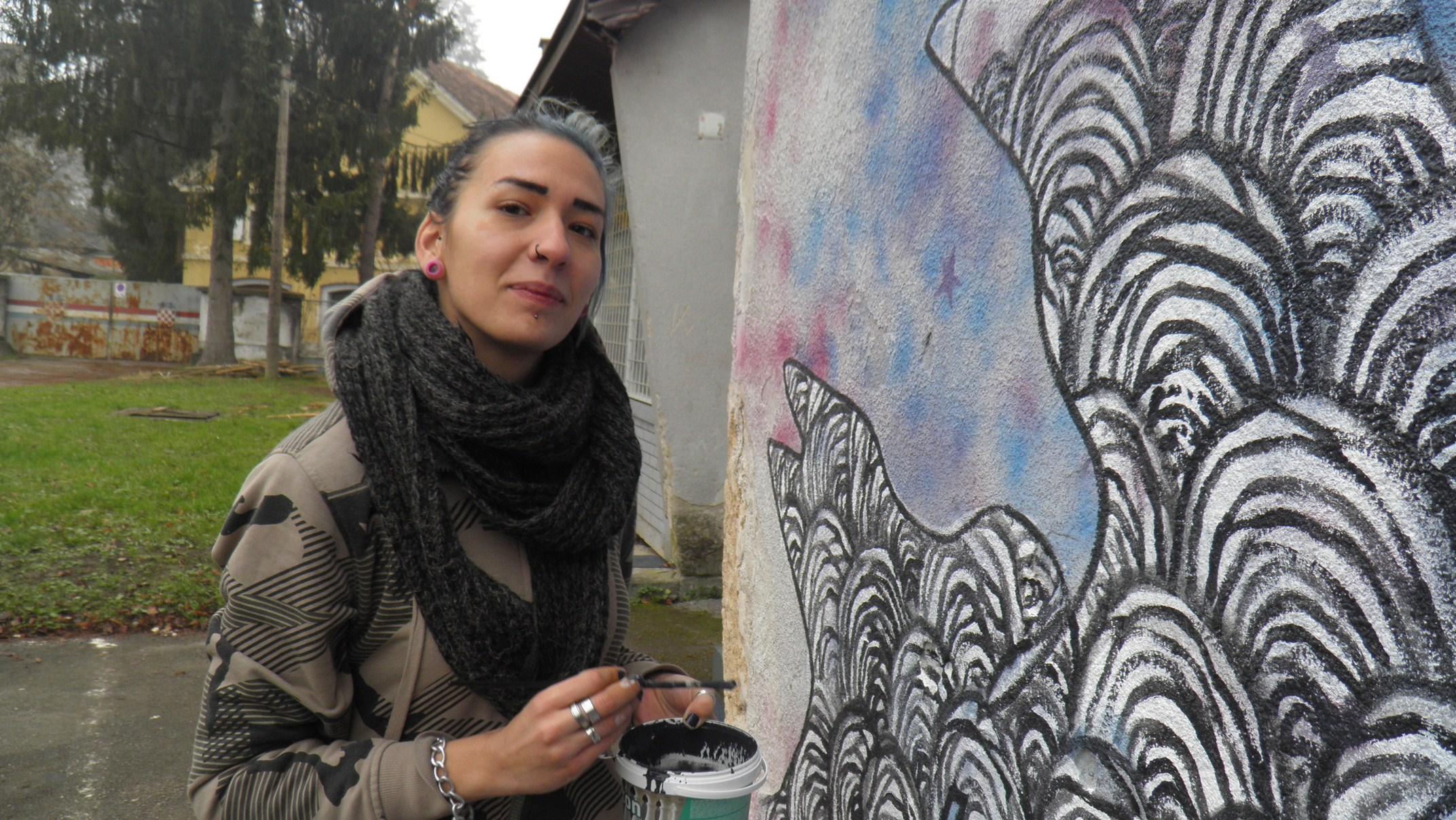 Jana Danilović oslikala je pročelje Male urbane zajednice u Karlovcu 12. prosinca 2015. godine. Foto: Leonard Lesić