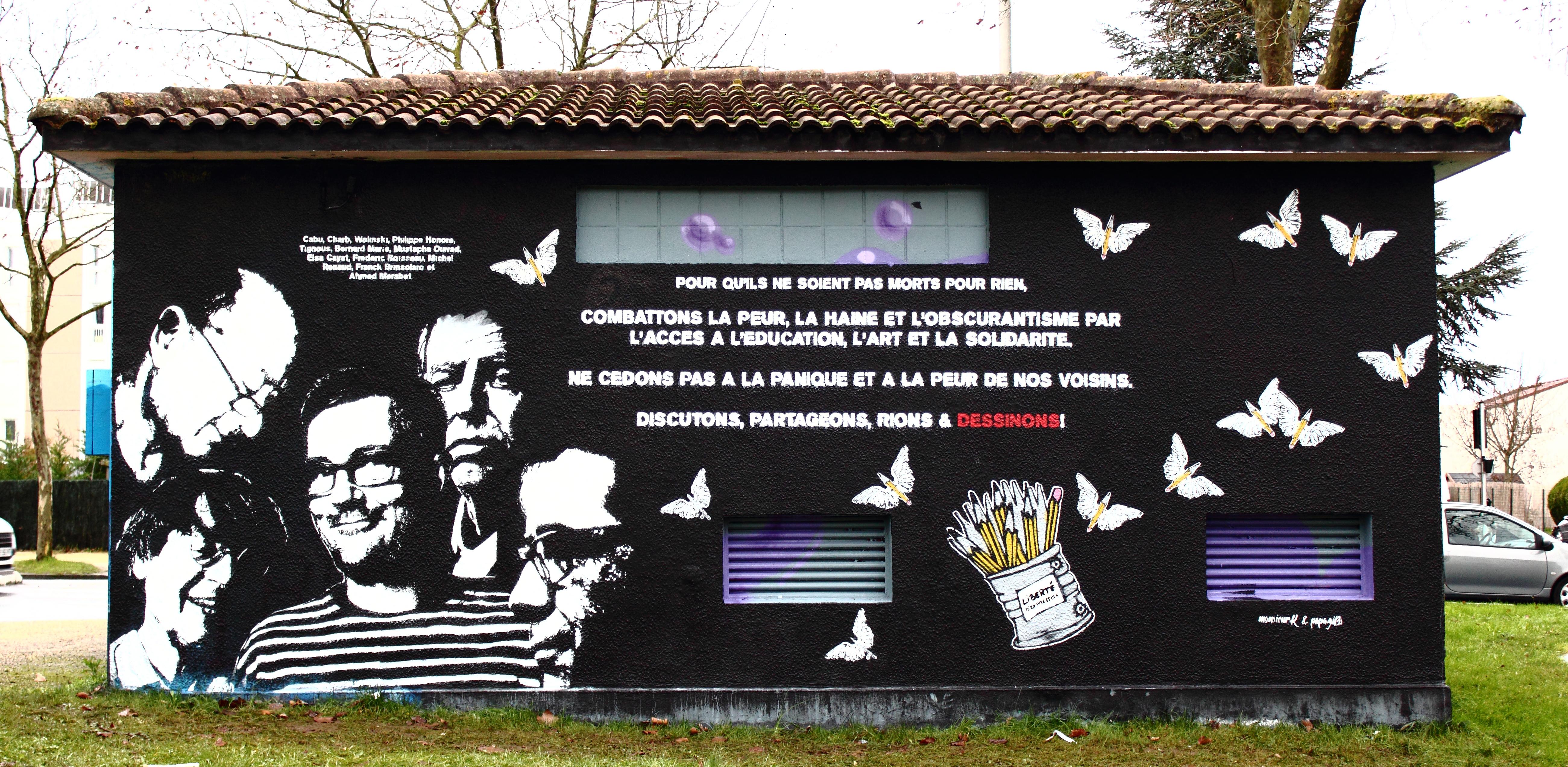Mural stradalima u napadu na Charlie Hebdo. Izvor: https://www.flickr.com/photos/thx_1139_gallery_flickr/15622346534/in/photolist-pNuBmj-pQkTYU-qFvKLQ-qr7thb-qKsCKB-qraypE-5GhW2k-qrEuUJ-qJ8h8A-qFnUYd-qHDRkU-pM6Sxc-qHAmYD-qrcm6s-qr7tHS-qJhwvA-qM2mXQ-qGEPZq-qJfGbk-qs6b4h-fChQQV-pMtNNV-qvmc5X-pLKxfW-qHWism-qLWi5i-qMhrT4-qt3oG4-pPuQMm-qrdnKf-fCfqBe-pLMeUE-qqWAEq-qrmUha-pLMoPJ-qrkpK4-qFqkpy-qrKCgt-qHBLmi-qrki2e-qre7Do-qKDTHh-qrc5St-pQLGSW-qyv6zW-qHH6wy-qrYRwv-qHD9vh-qJ96pj-qHBC1G