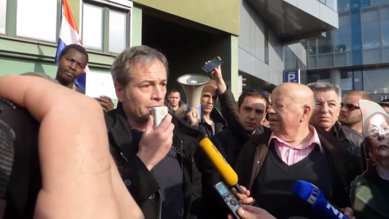 Prosvjed zbog zabrane rada Televizije Z1. Govori Marko Jurič. Izvor: Screenshot