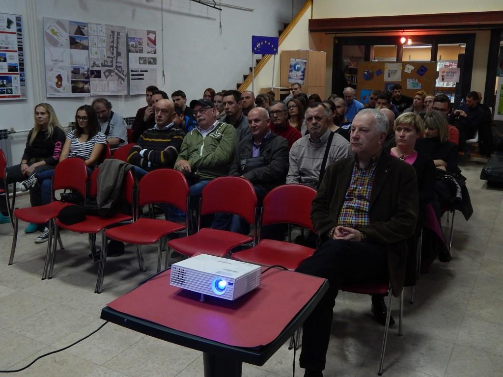 """Tribina """"Vojarna Luščić - naše, vaše, ničije"""" održana 24. 10. 2016. godine u Knjižnici za mlade u Karlovcu. Foto: Denis Mikšić"""