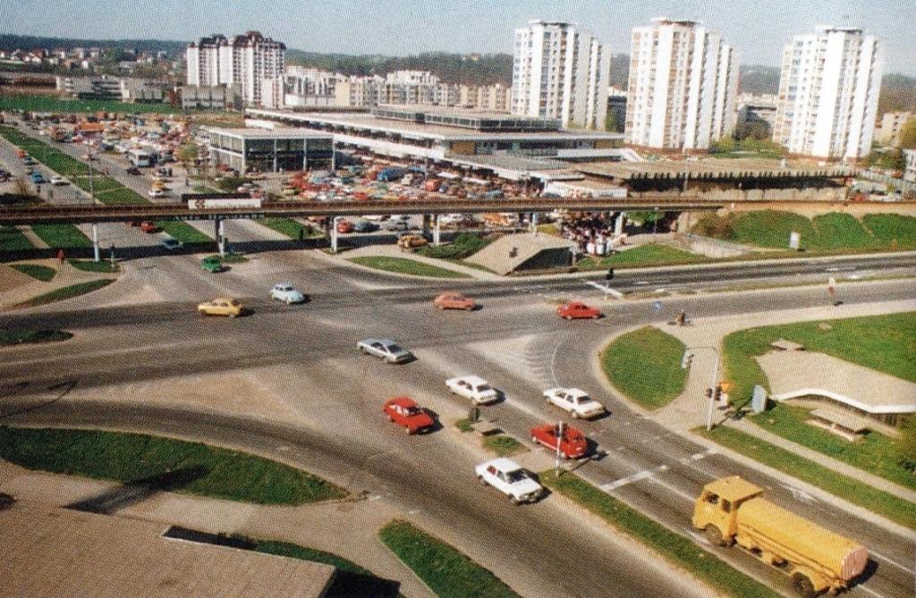urbanizam prilagođen pješaku - promet u više razina : željeznički promet podignut je na nadvožnjake i nasipe, kolni promet je u razini terena, pješački putevi postoje na tri razine - pothodnicima, pješačkom ulicom uz gradsku tržnicu, ali i nadzemno katom tržnice (nažalost izostala je ideja spoja katova novog i starog objekta tržnog centra) i plohom novoga željeničkog stajališta.