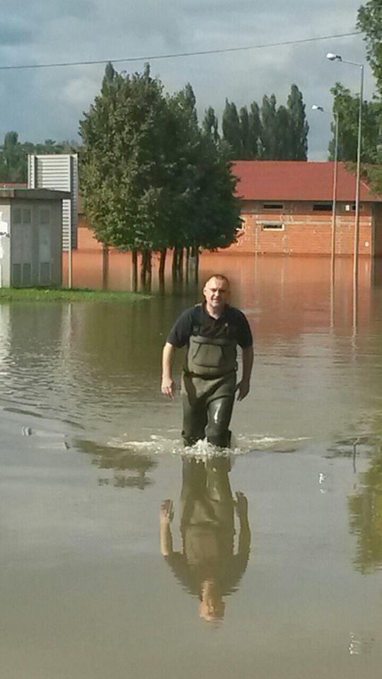 Damir Jelić u poplavi. Izvor: Službena facebook stranica gradonačelnika