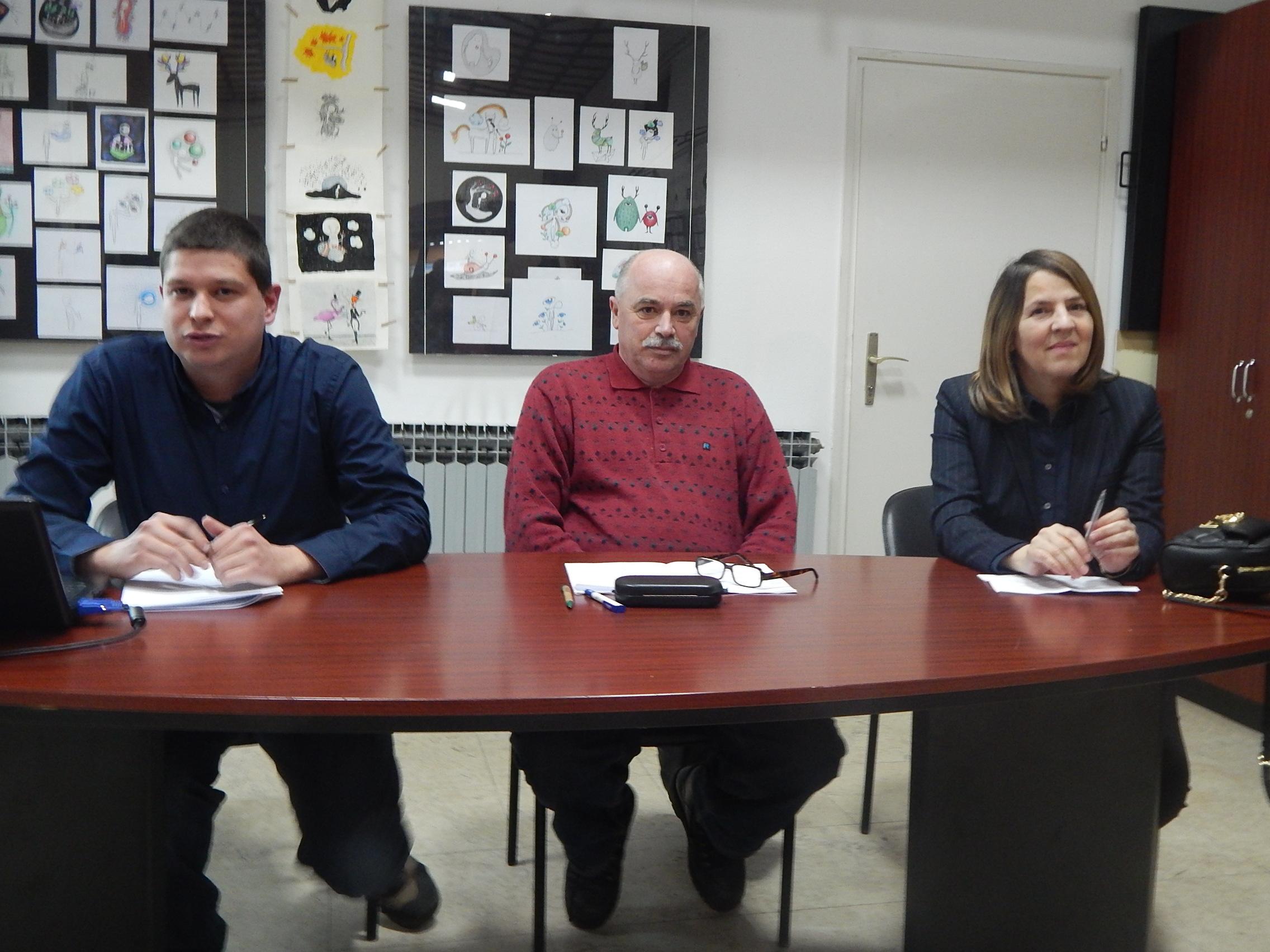 Branimir Tot, Marinko Marinović i Jasna Plevnik na tribini o gradskim medijma u Knjižnici za mlade u Karlovcu 13. 1. 2017. godine. Foto: Marin Bakić