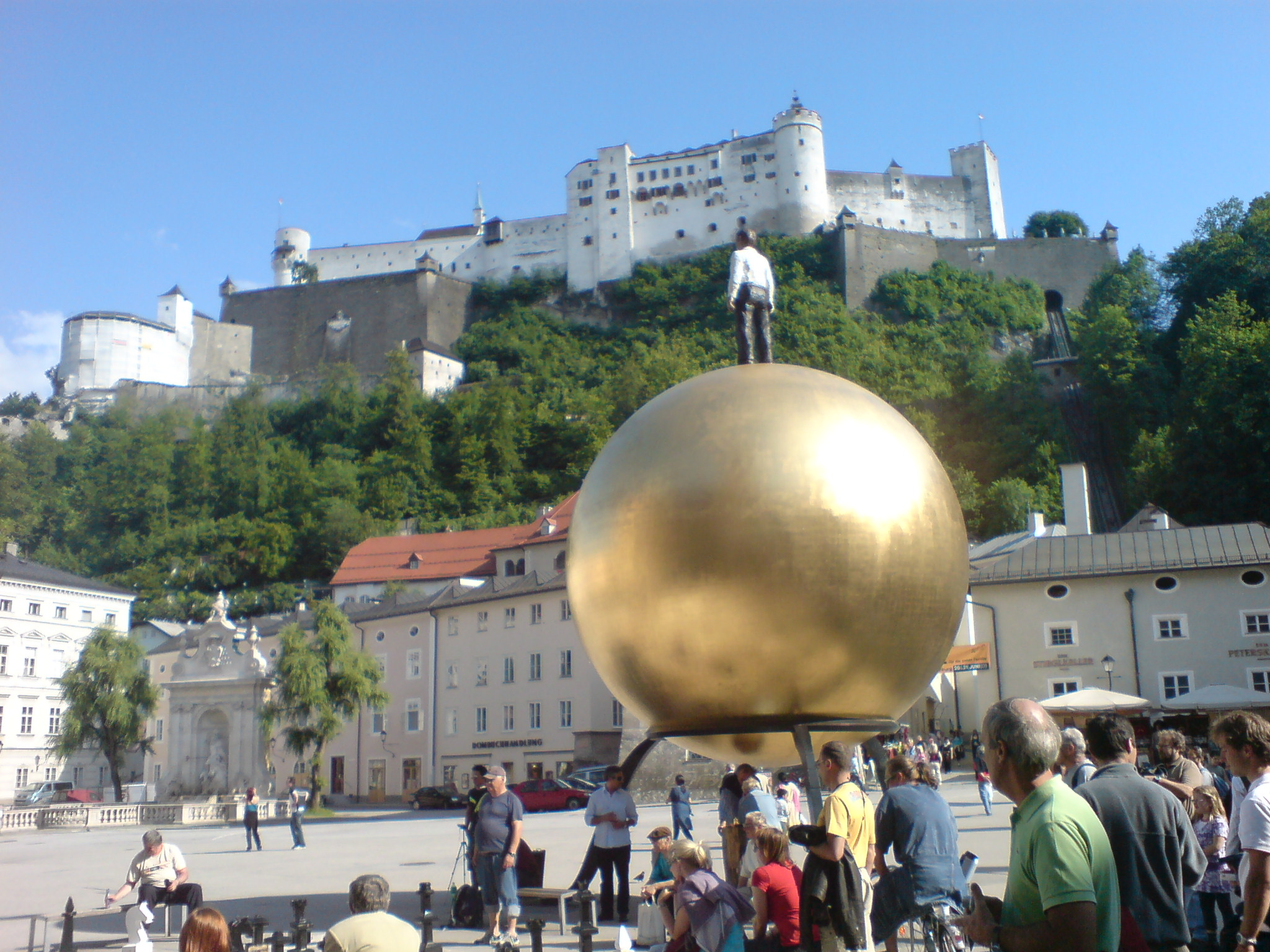 Spomenik povijesti i umjetnosti u Salzburgu. Izvor: https://upload.wikimedia.org/wikipedia/commons/e/e2/Salzburg_is_a_monument_of_history_and_art.jpg