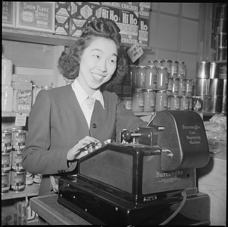 Izvor:https://upload.wikimedia.org/wikipedia/commons/thumb/d/d1/Tule_Lake_Relocation_Center,_Newell,_California._Margaret_Ito,_Cashier._-_NARA_-_536687.jpg/772px-Tule_Lake_Relocation_Center,_Newell,_California._Margaret_Ito,_Cashier._-_NARA_-_536687.jpg
