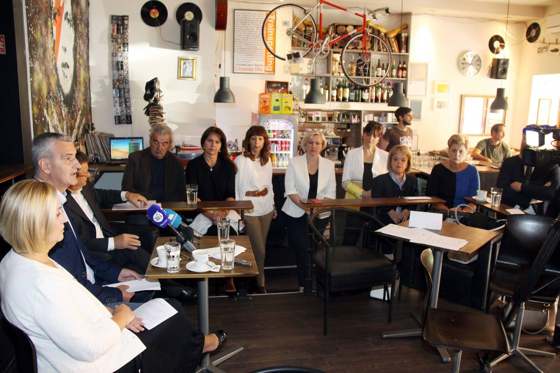 Konferencija za medije gradonačelnika Damira Mandića u Ziggy baru, Karlovac, 6. 9. 2017. Izvor: službeni facebook profil gradonačelnika