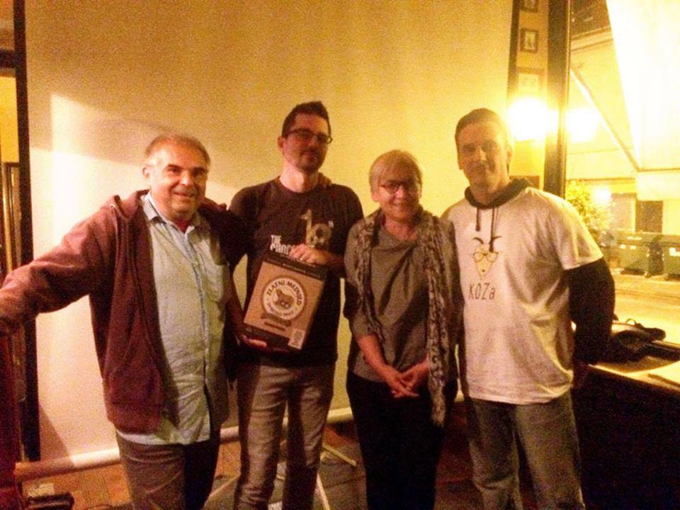 U Karlovcu, u Papas baru, u nedjelju 17. rujna 2017. godine održana KOZ-a, kviz općeg znanja, na kojoj je sudjelovalo 17 ekipa, a pobijedio tim KAlibar, kojeg čine Dražen Cukina, Saša Lenuzzi, Draženka Polović i Bruno Planinac. Foto: KOZ-a. Izvor: KOZ-a.