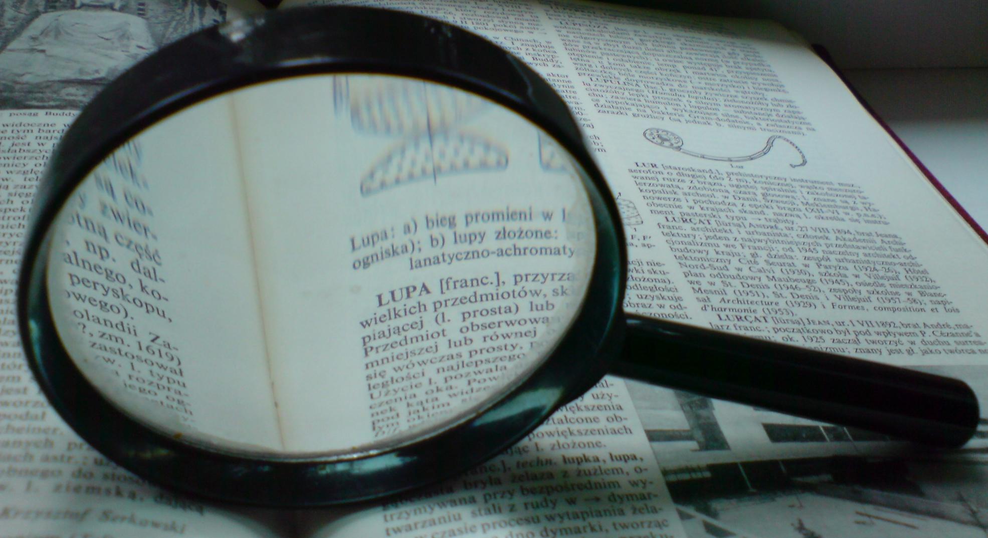 Istraživačko novinarstvo. Izvor: http://upload.wikimedia.org/wikipedia/commons/f/f4/Lupa.na.encyklopedii.jpg?uselang=sl