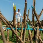 Slikar i ikonceptualni umjetnik Nikola Vukmanić, voditelj festivala DOK - festivala za ljude dobre volje - oplemenio je Kamanje i instaka lacijom koja simbolizira olovke, a povodom početka nove školske godine. Foto: Denis Stošić
