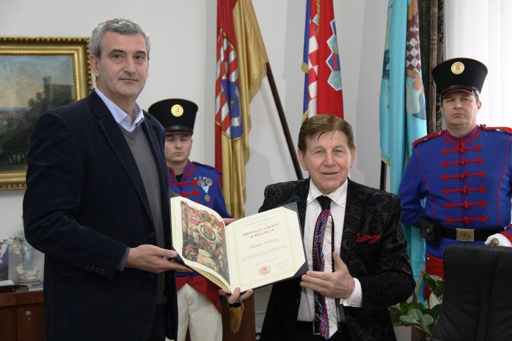 Damir Mandić i Anton Kikaš. Foto: GradKarlovac. Izvor. http://www.karlovac.hr/novosti/antonu-kikasu-medalja-gradonacelnika/8030