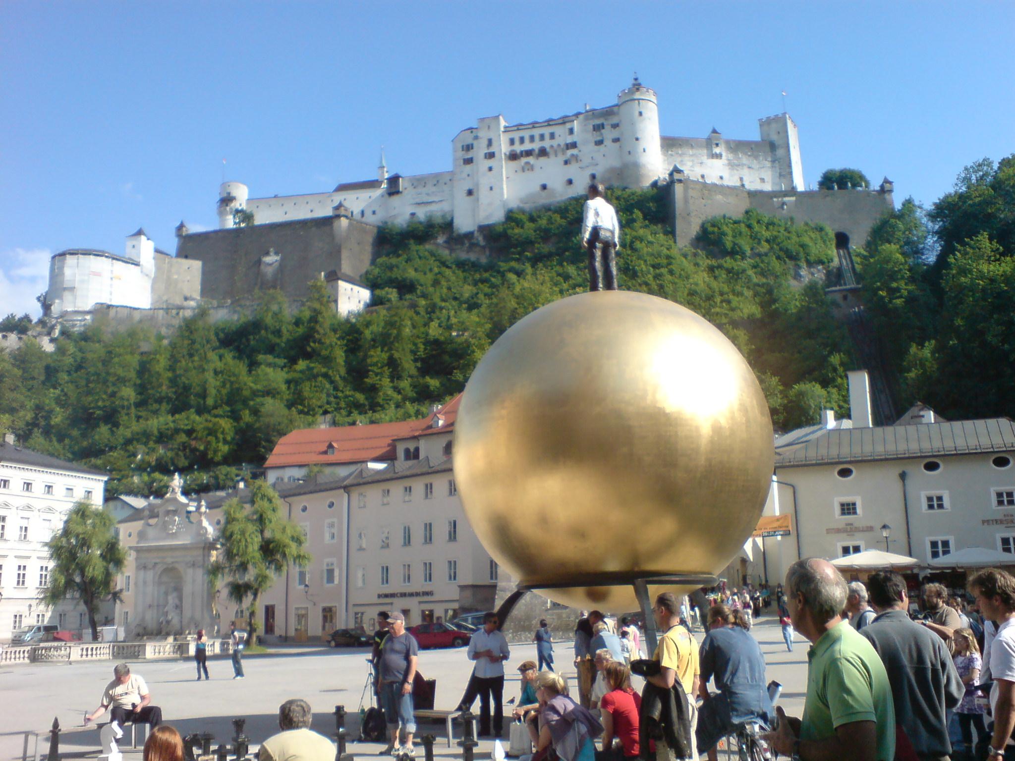 Spomenik povijesti i umjetnosti u Salzburgu. Izvor: https://upload.wikimedia.org/wikipedia/commons/e/e2/Salzburg_is_a_monument_of_history_and_art.jpg