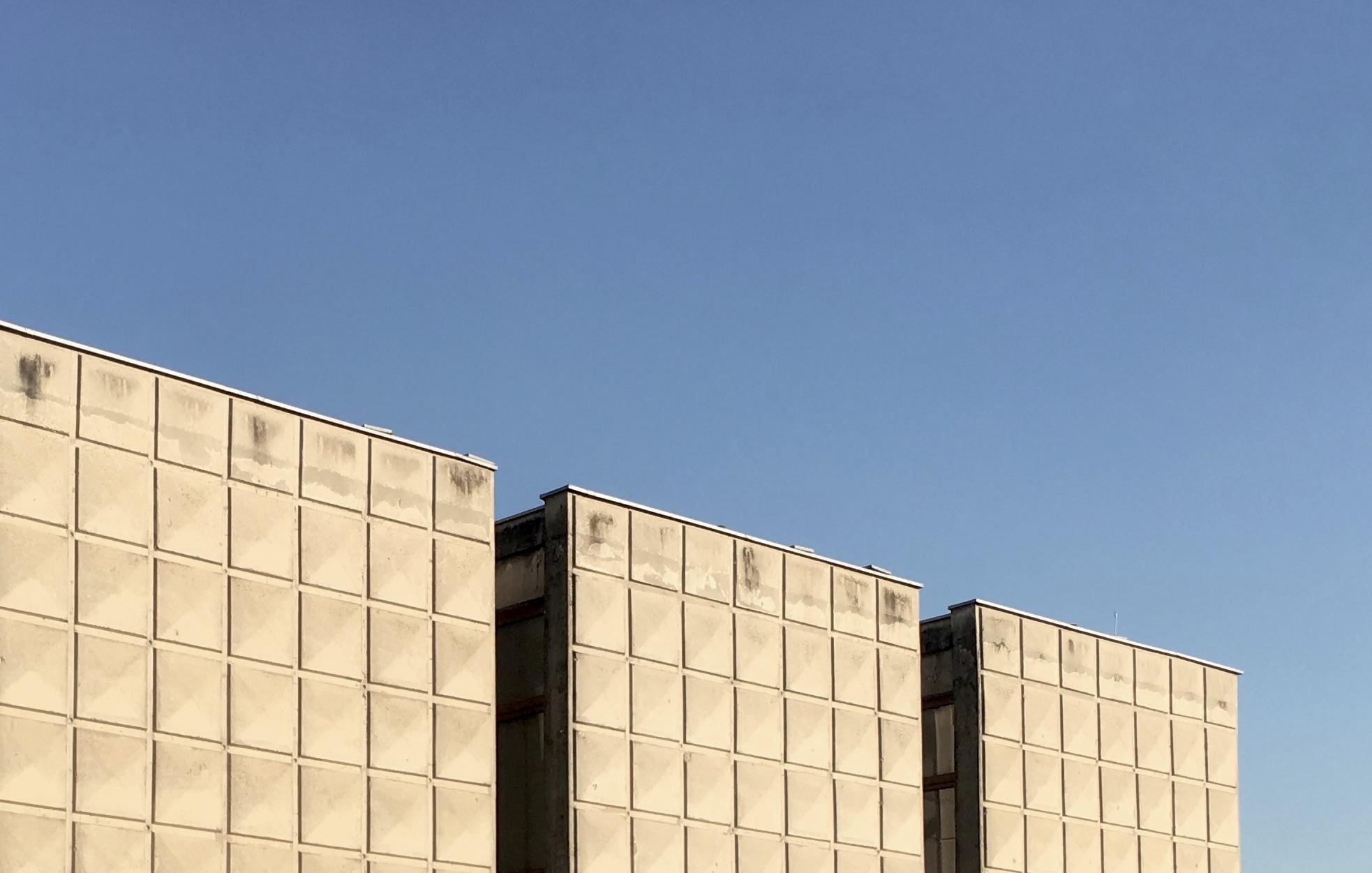 """Galerija """"Vjekoslav Karas"""". Pojam """"brutalizam"""" u arhitekturi veže se uglavnom za djela arhitekata u periodu od 1950-1975. godine koji su isticali važnost iskrenog i autentičnog korištenja materijala na način da se oni koriste u izvornom obliku bez naknadnih obloga ili obrada koje bi sakrile pravu prirodu i ljepotu materijala. Najčešće se pojam brutalizma veže za objekte izvedene u sirovom, natur-betonu (beton-brut), no često je i oblikovanje u opeci, kamenu, drvu, čeliku bez naknadnih obrada materijala Foto: Luka Krmpotić"""